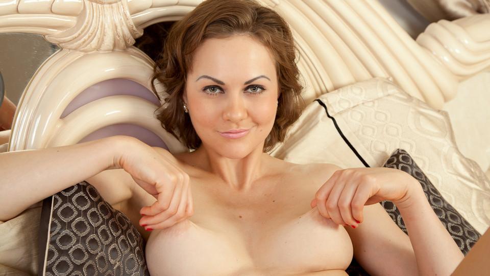 Nude milf in bedroom pics
